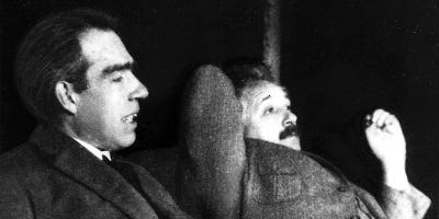 Albert Einstein y Niels Bohr fumando